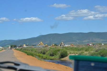 Проехав село Иволгинск открывается взор на Дацан.