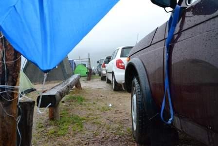 Безкрайний вид машин и палаток у Монахово