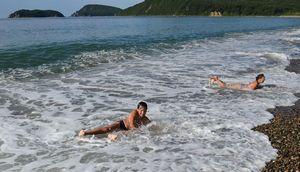 Дети балуются на волнах